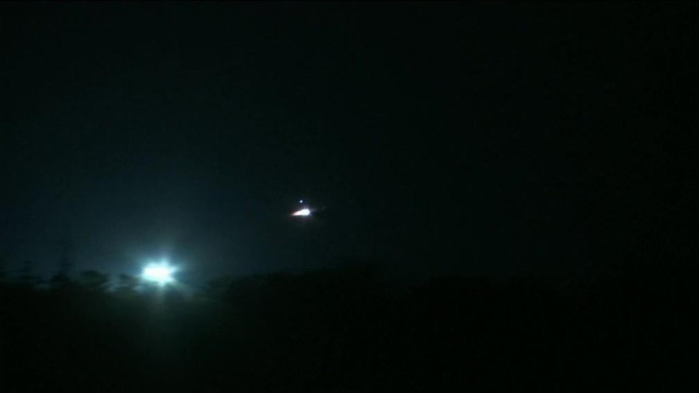 Jatos americanos decolam do Chipre em direção à Síria (Foto: Reprodução/GloboNews)