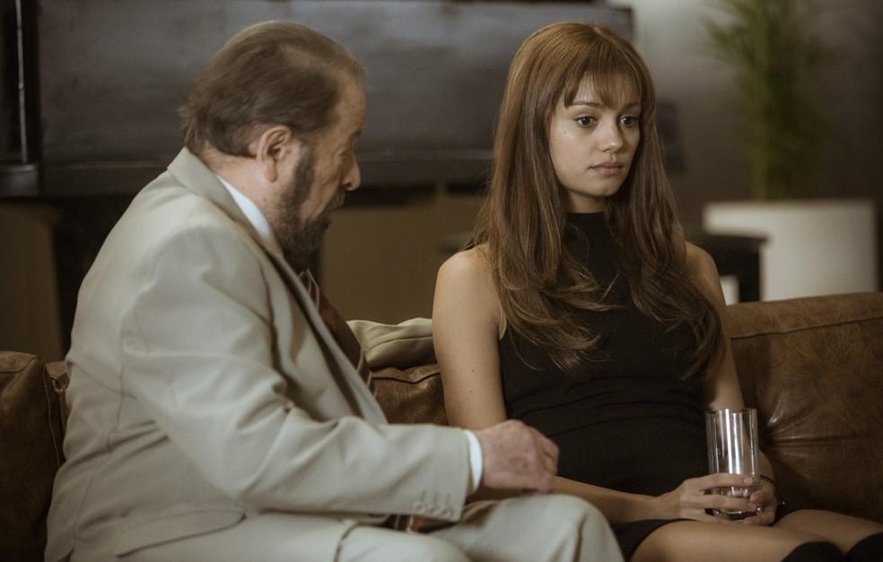 Dr. Vicente, médico da família, examina Alice e dá a notícia sobre a gravidez (Foto: Raphael Dias/Gshow)