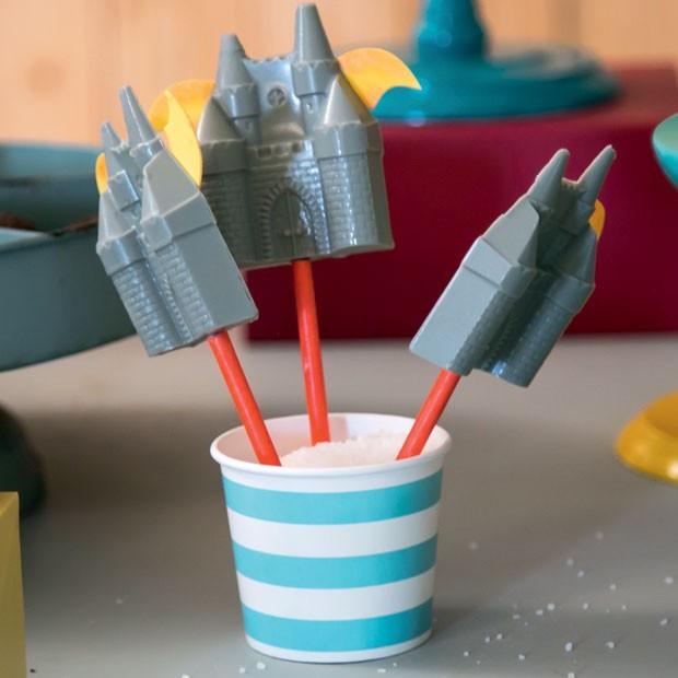 Doce — Os pirulitos de chocolate no formato de castelo também têm as asas do dragão. Espetados em palitos, ficam em potes com sal grosso. (Foto: Thais Galardi/GNT)