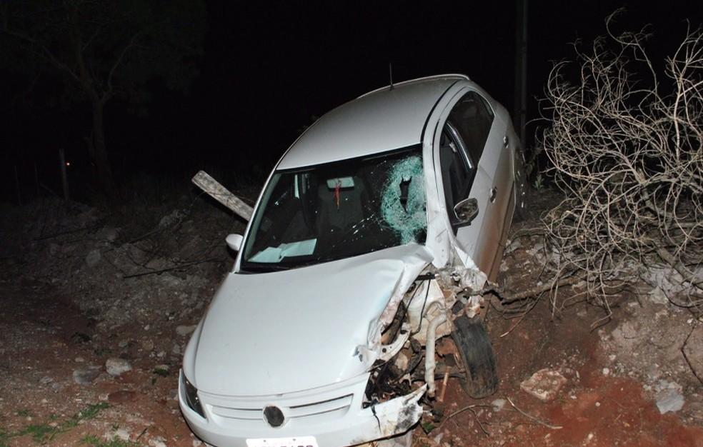Acidente aconteceu na PR-439; carro atingiu a moto que o pai do menino pilotava  (Foto: Antonio Picoli/Tribuna do Vale)