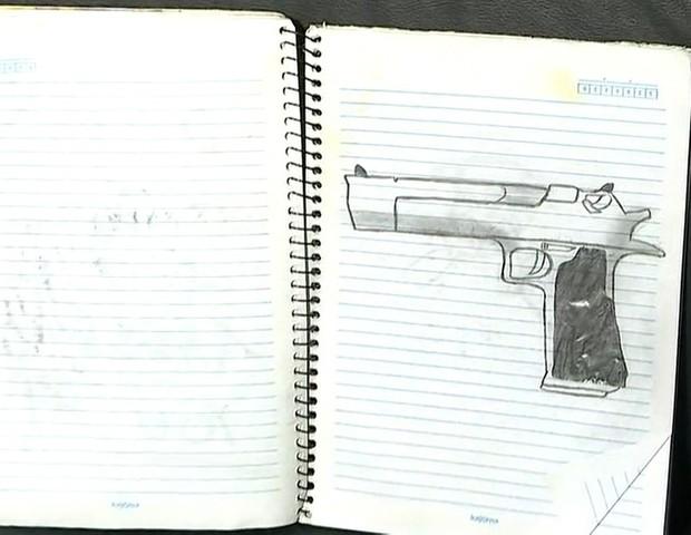 Desenhos no caderno de um dos assassinos (Foto: Reprodução/Globo News)
