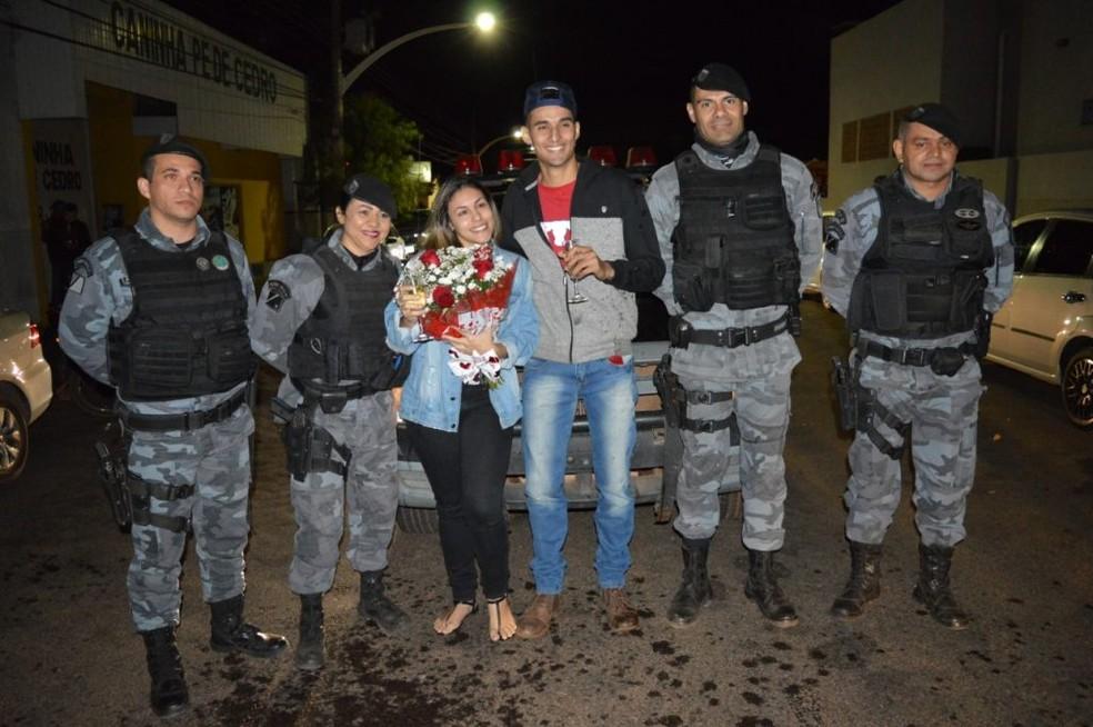 Noiva é pedida em casamento em simulação de prisão do namorado com apoio da PM, em Coxim.  Foto: Divulgação/Polícia Militar