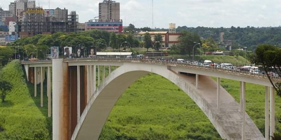 Ponte da Amizade (Foto: Michel Filho/Agência o Globo)