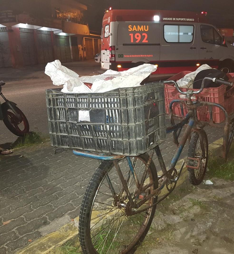 Vítima realiza venda de carnes e transportava o material na bicicleta no momento do acidente. — Foto: Rafaela Duarte/ Sistema Verdes Mares