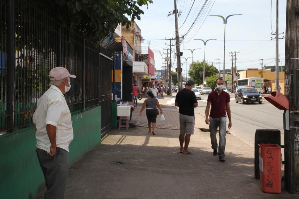 SÃO LUÍS (MA) - Pessoas caminham pelas calçadas do bairro João Paulo, no terceiro dia de 'lockdown'. — Foto: Rafaelle Fróes/G1 MA