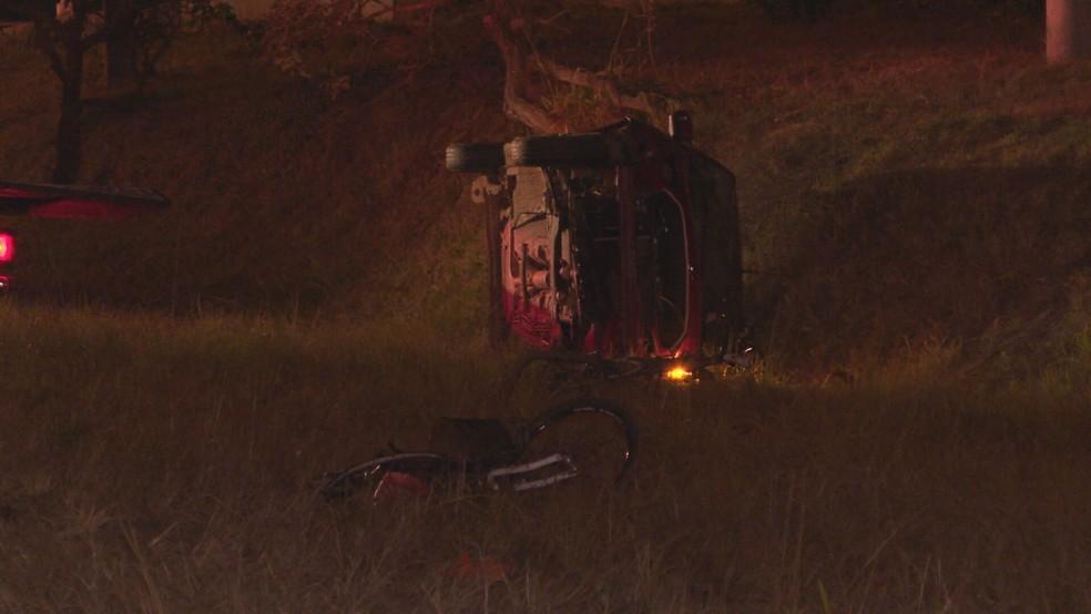 Carro de motorista com sinais de embriaguez nas margens da BR-020 após atropelamento, no DF — Foto: TV Globo/Reprodução