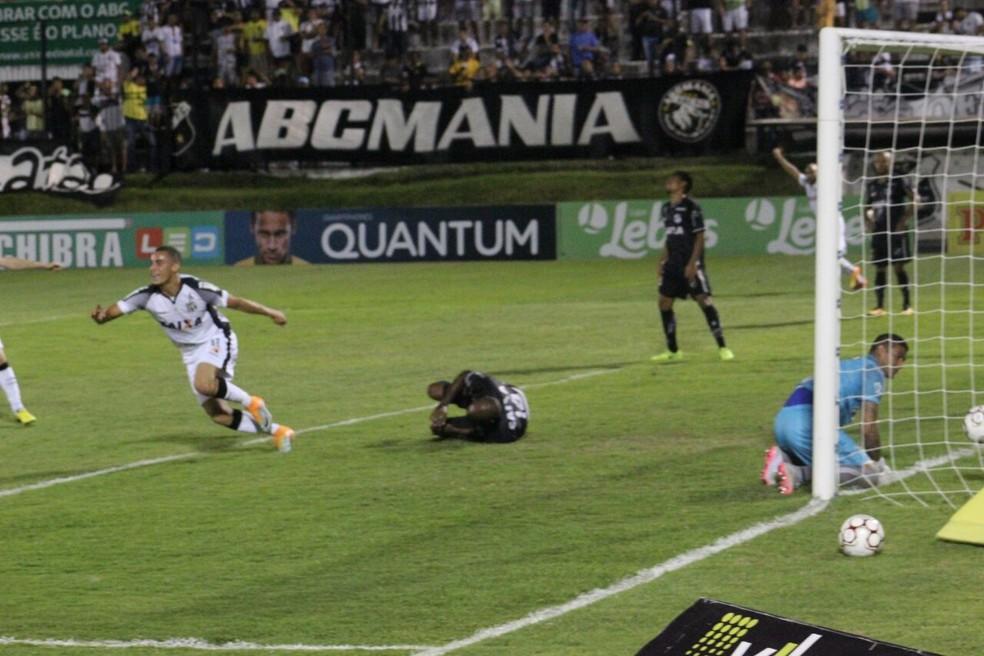 Ceará marca com Arthur e vence o ABC no Frasqueirão (Foto: Fabiano de Oliveira/GloboEsporte.com)