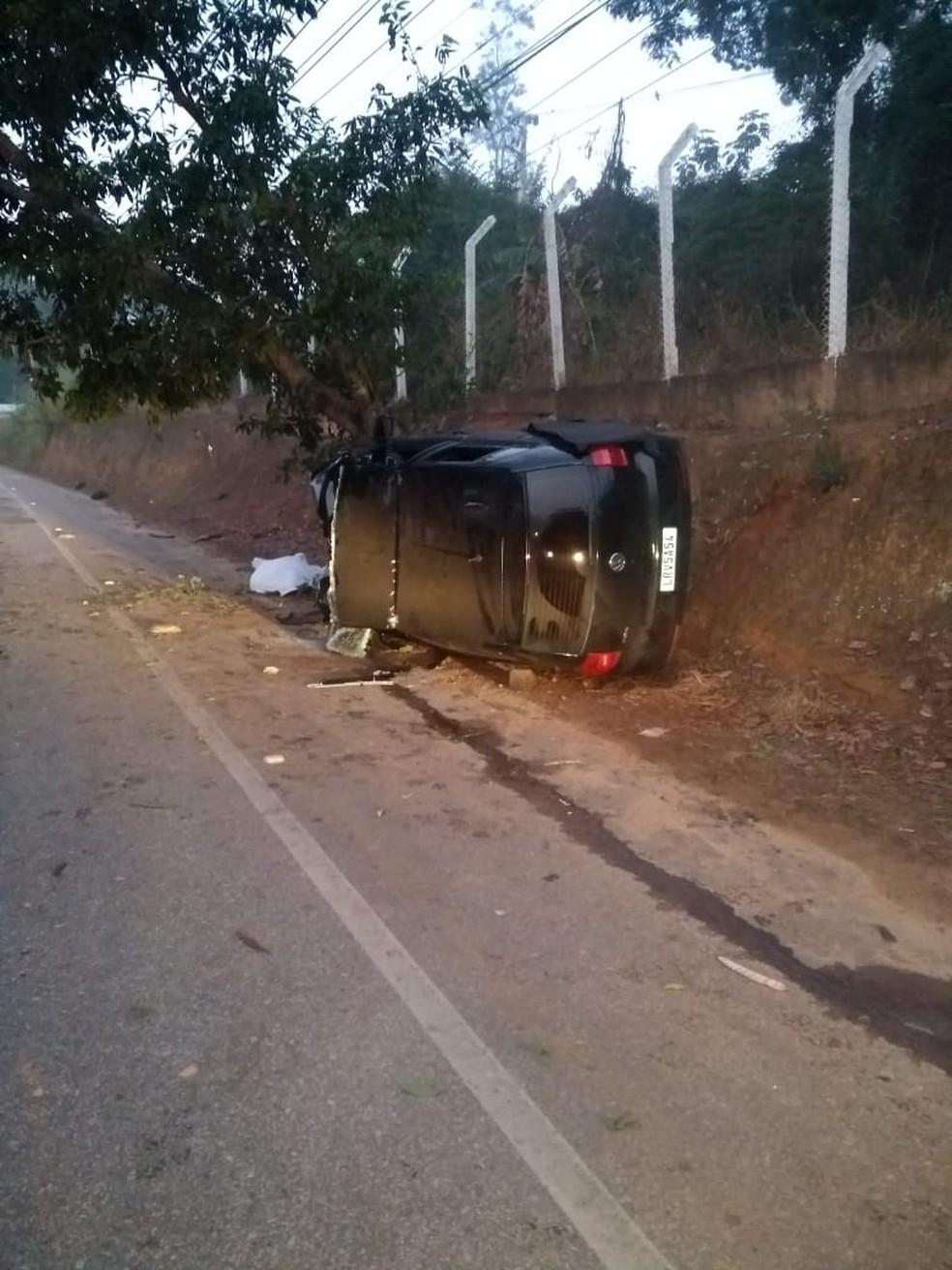 Carro bate contra árvore em Paraíba do Sul — Foto: Divulgação/Corpo de Bombeiros