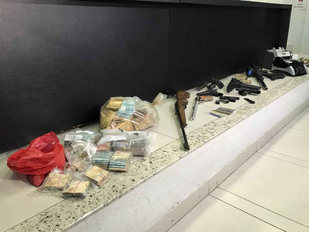 Armas e R$ 200 mil em dinheiro foram apreendidos com os suspeitos (Foto: Vitor Santana/G1)