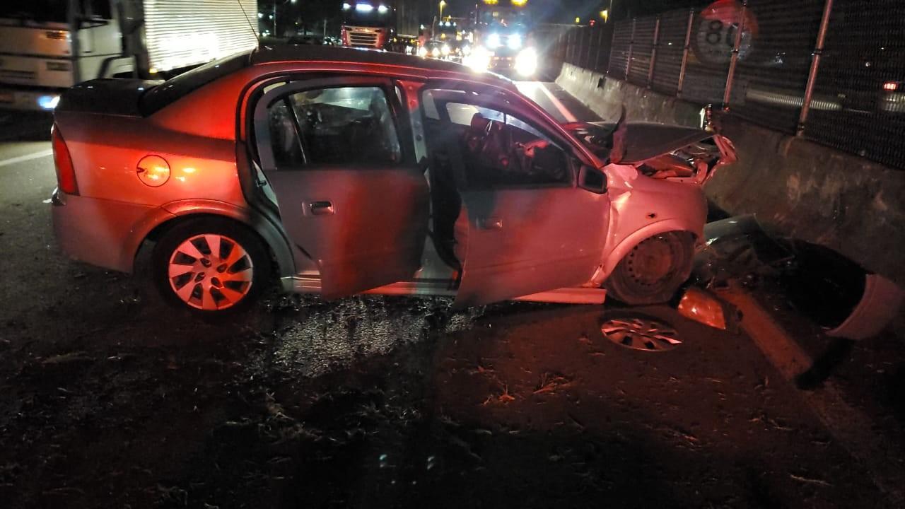 Homem morre após bater carro na mureta central da Dutra em São José dos Campos