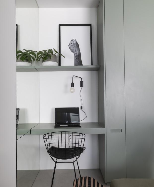 Um pequeno vão entre o armário e a parede (coberta com espelho, olhe bem) foi transformado em miniescritório (Foto: Evelyn Müller/Divulgação )