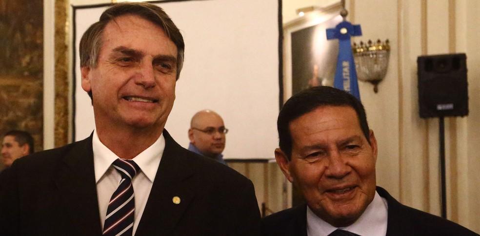 Bolsonaro, posa para foto ao lado de Hamilton Mourão durante a posse do general na presidência do Clube Militar, no Rio em junho — Foto: Fábio Motta/Estadão Conteúdo