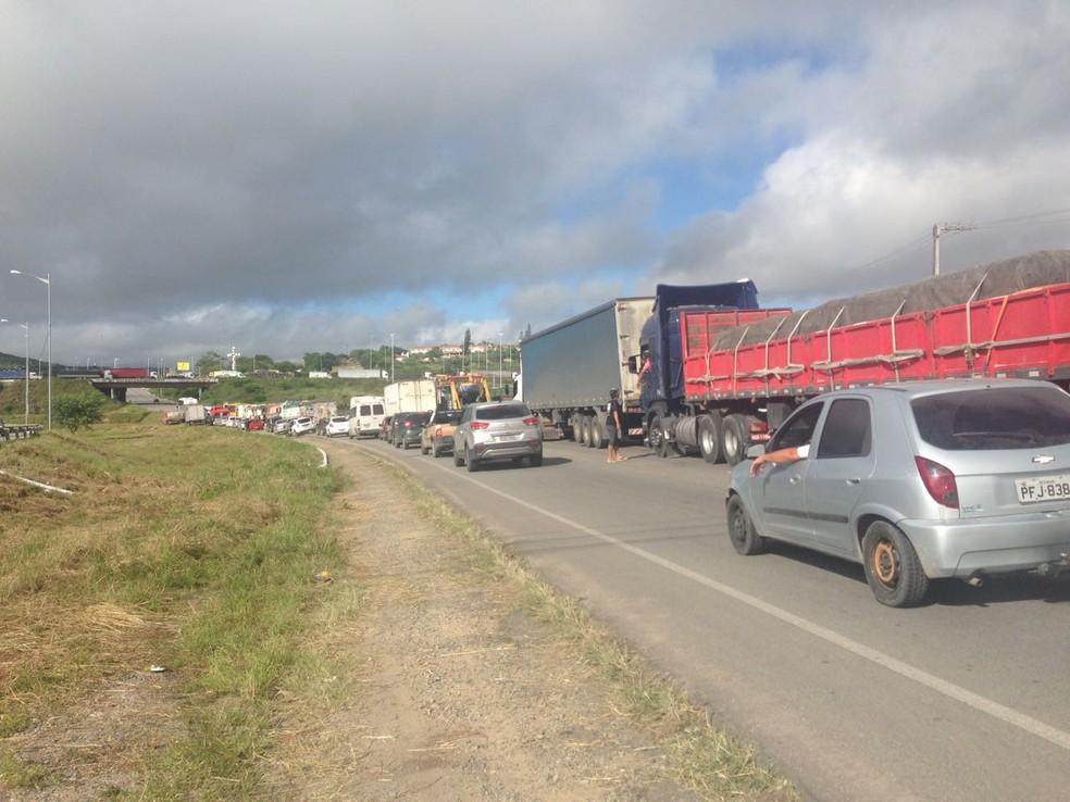Fila de carros é formada durante protesto de caminhoneiros na BR-104, em Caruaru (Foto: Lafaete Vaz/G1)