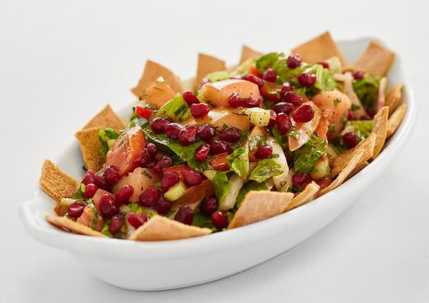 Tempero árabe: aprenda a fazer uma salada fatouche