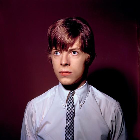 LOIRINHO David Bowie antes de se transformar num roqueiro de cabelo vermelho. Nessa época, ele cantava folk (Foto: Ca/Redferns/Getty Images)