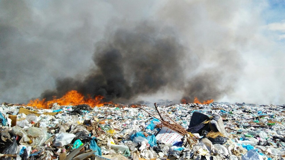 Incêndio em lixão já dura quase 24 horas em Patos, no Sertão da Paraíba (Foto: Rafaela Gomes/TV Paraíba)