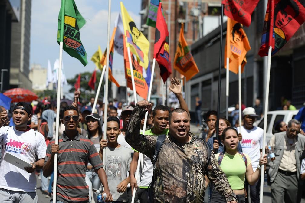 Apoiadores de Nicolas Maduro gesticulam durante manifestação nos arredores do Palácio Presidencial de Miraflores, em Caracas, na Venezuela — Foto: Matias Delacroix/AFP