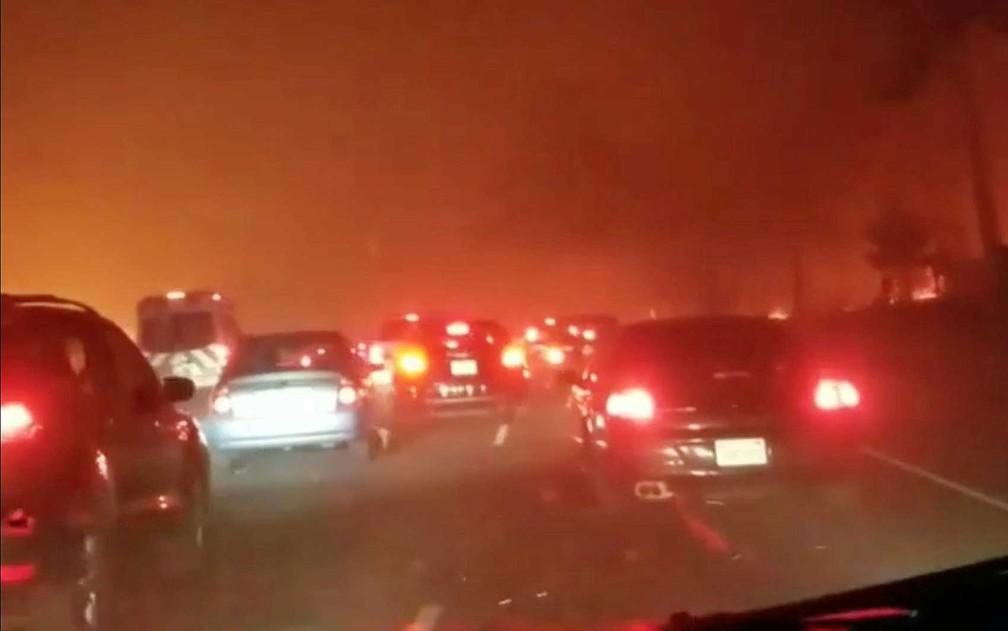 Veículos na estrada, em fuga de incêndios em Paradise — Foto: Mike Malloy / via Reuters