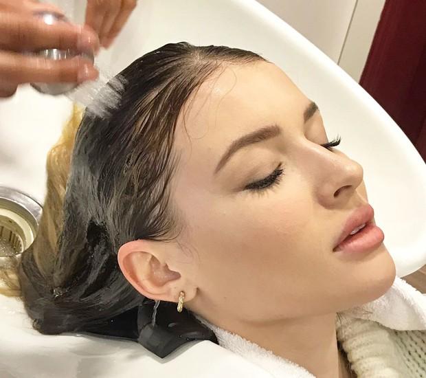 Julia Schiavi faz alongamento nos cabelos (Foto: Divulgação)