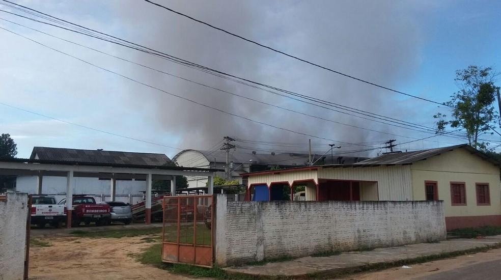 Incêndio atinge distribuidora de energia em Cruzeiro do Sul (Foto: Adelcimar Carvalho/G1)