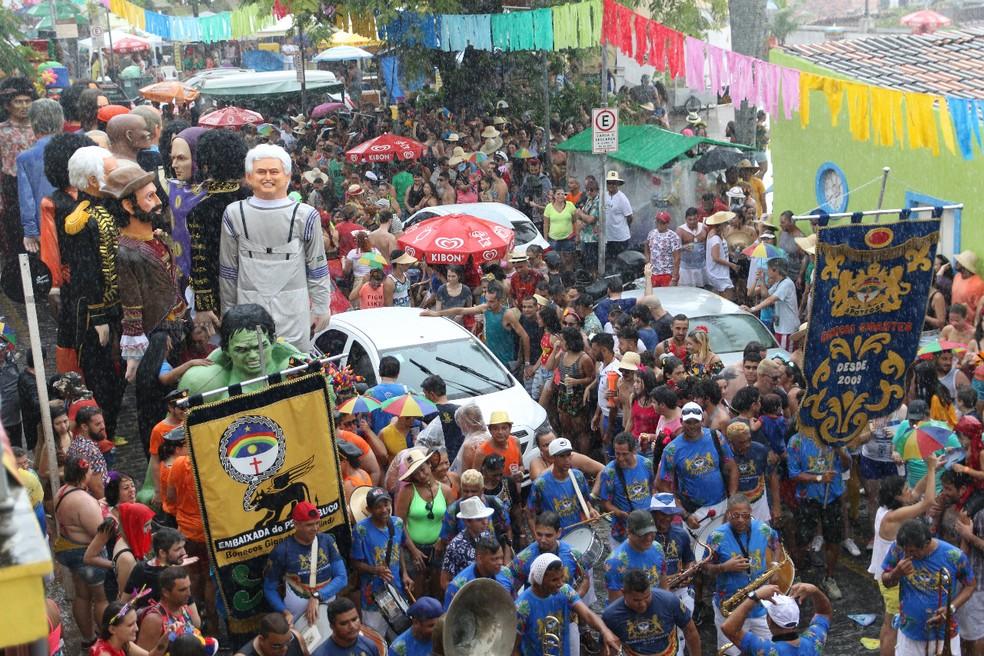 Chuva no início do desfile dos bonecos gigantes de Olinda não atrapalhou foliões — Foto: Marlon Costa/Pernambuco Press