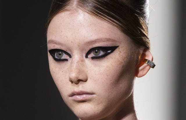 O delineado bem pesado da Fendi, com detalhes em branco, é para quem prefere deixar o foco da beleza sempre nos olhos. (Foto: Imaxtree)