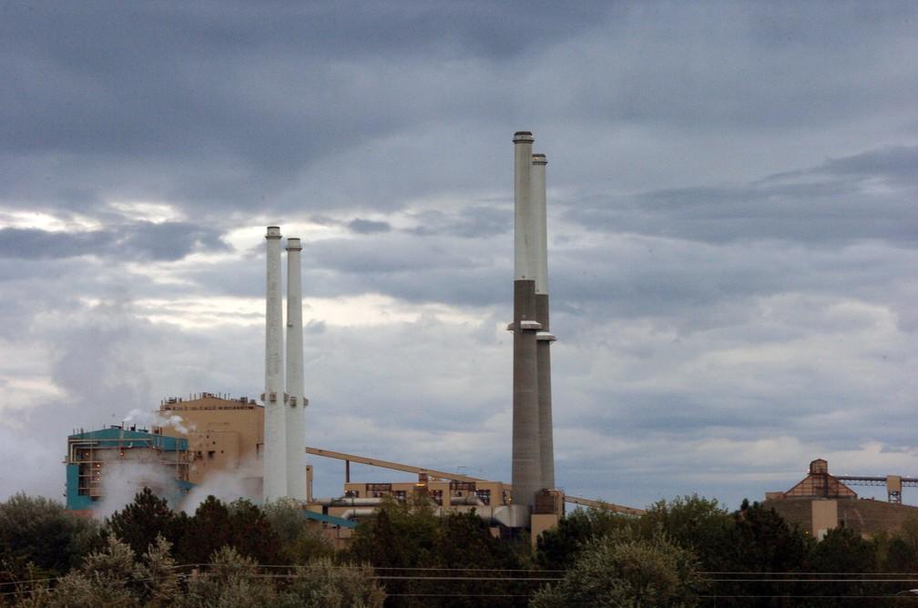 Imagem mostra usina termelétrica movida a carvão na região de Montana, nos Estados Unidos. (Foto: AP )