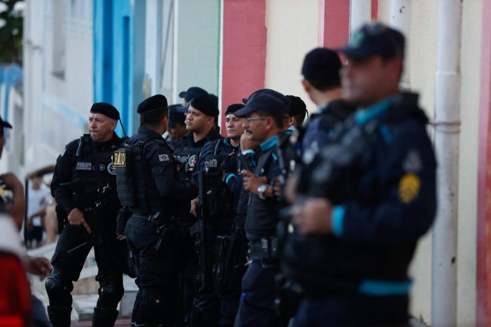 Policiais fizeram a segurança na Câmara de Uruburetama devido à aglomeração da população — Foto: JL Rosa/G1