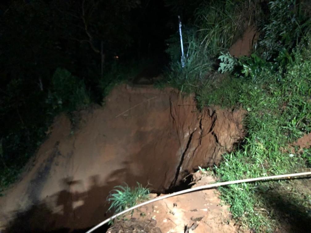Queda de barreira na Vila Canaã, em Caxias — Foto: Reprodução