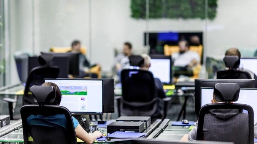 Quem trabalha com moderação de conteúdo está exposto ao pior que a internet tem a oferecer (Foto: Facebook via BBC)