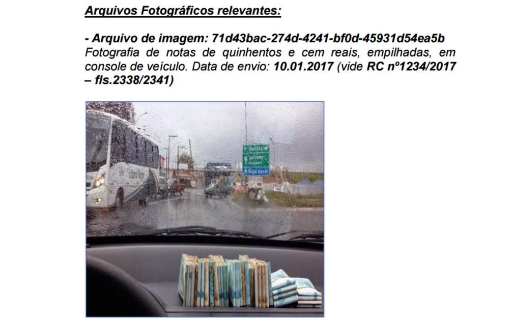 Foto anexada ao relatório da PF mostra maços de dinheiro em painel de carro (Foto: Polícia Federal/Reprodução)