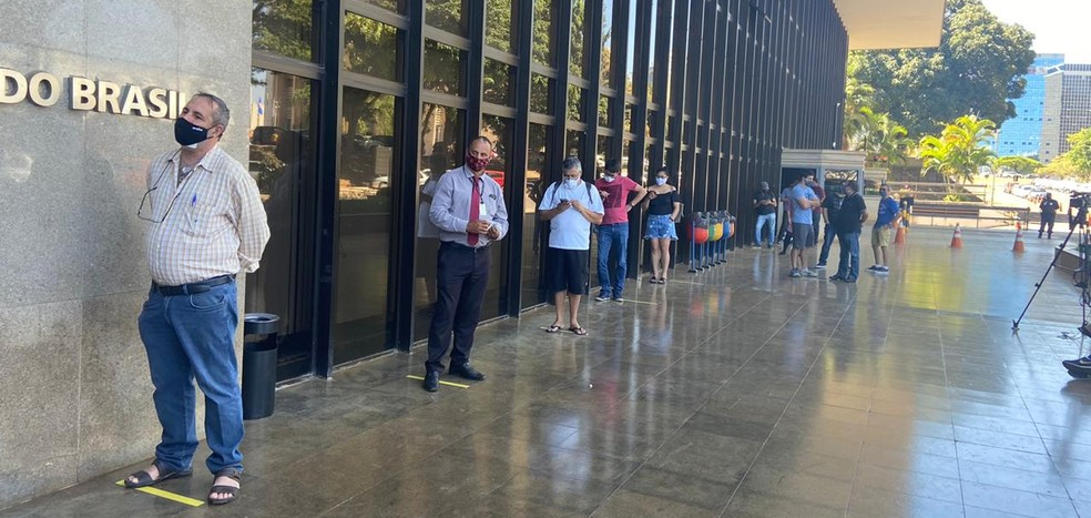 Pessoas fizeram fila em agência do Banco do Brasil, em Brasília, para obter a nota de R$ 200 assim que foi lançada  — Foto: Isabella Mello/TV Globo