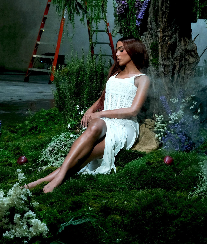 Anitta acerta na batida pop de funk melody que conduz o single 'Faking love'