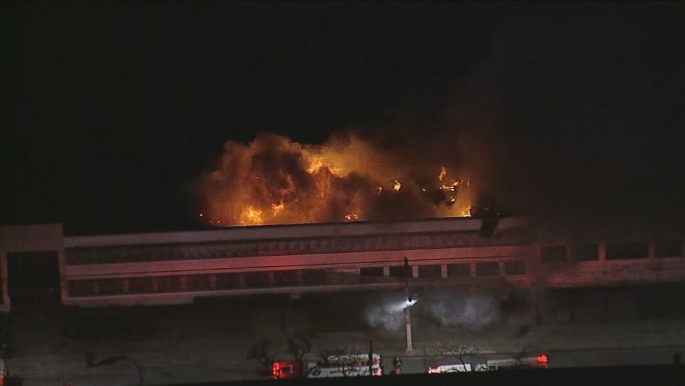 Incêndio em galpão da Cinemateca, na Vila Leopoldina, Zona Oeste de São Paulo. — Foto: Reprodução/TV Globo