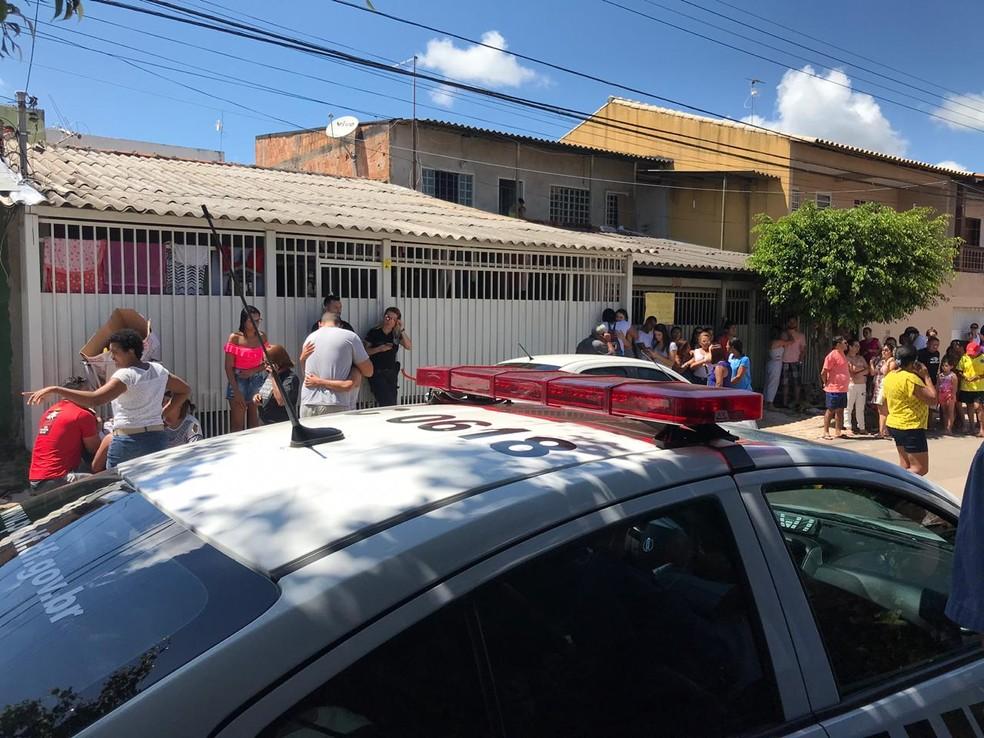 Familiares e vizinhos na porta da casa onde homem matou mulher com tiro após fim da relação — Foto: Afonso Ferreira/TV Globo