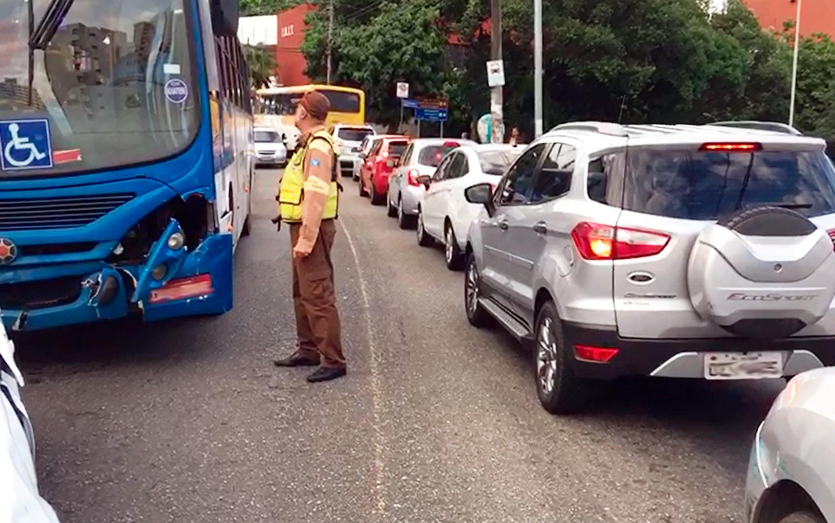 Acidente entre ônibus e carros deixa trânsito lento no bairro da Federação, em Salvador