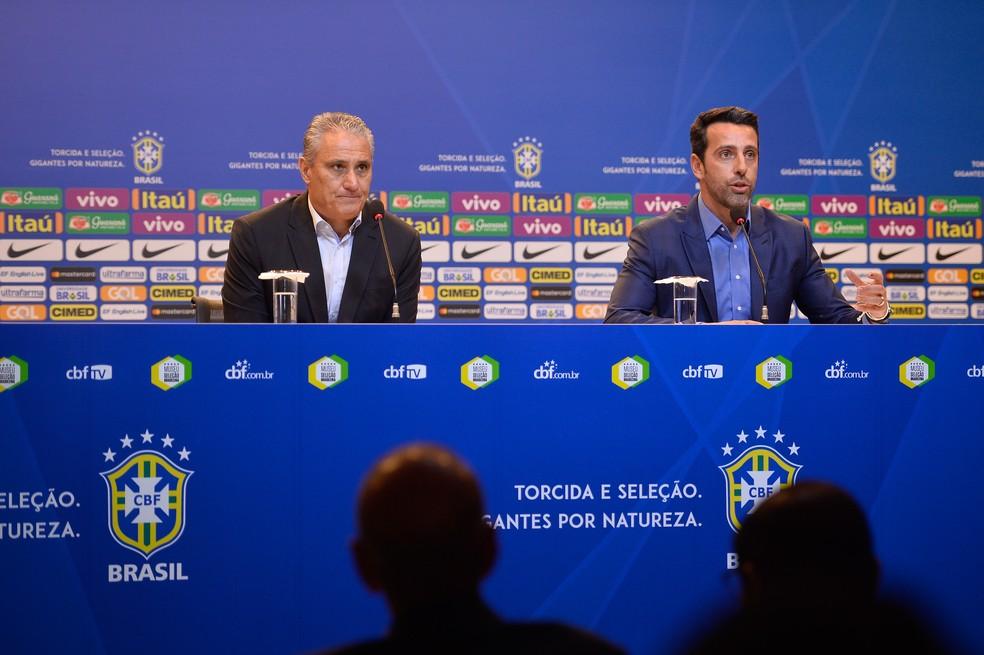 Tite e Edu Gaspar durante coletiva da seleção brasileira (Foto: Pedro Martins / MoWA Press)