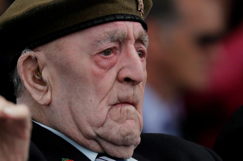 """Veterano da Segunda Guerra assiste a homenagens pelos 75 anos do """"Dia D"""" nesta quarta-feira (5) em Portsmouth, Inglaterra. — Foto: Carlos Barria/Reuters"""