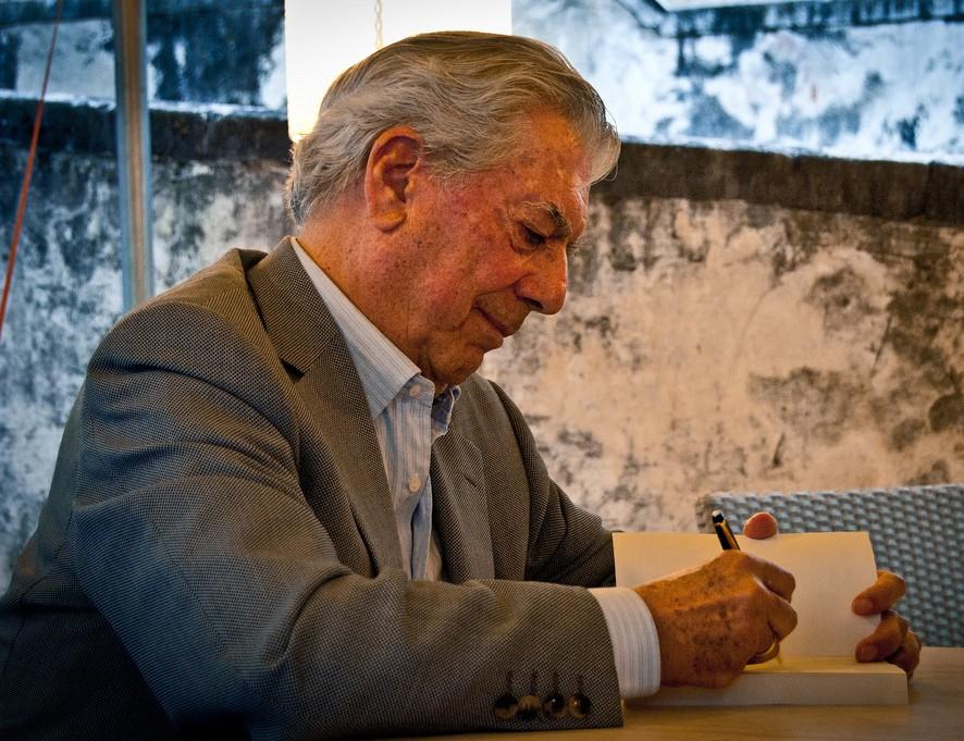 Mario Vargas Llosa na Toscana, em 2010. (Foto: By Daniele Devoti from Padova, Italy (Mario Vargas Llosa), via Wikimedia Commons)
