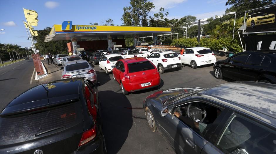 Brasileiros enfrentam fila para abastecer nos postos durante a greve dos caminhoneiros (Foto: Agência Brasil)