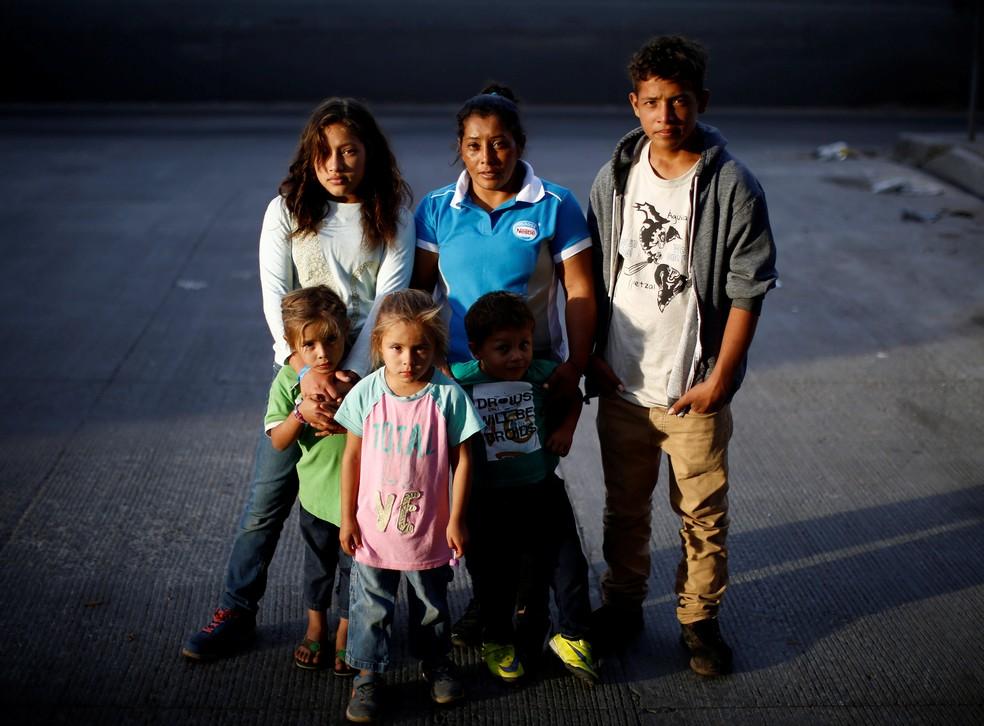 Maria Meza com os cinco filhos que foram de Honduras ao México em caravana junto com milhares de migrantes — Foto: Kim Kyung-Hoon/Reuters