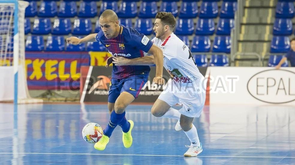Pivô Ferrão deixa a marcação adversária para trás (Foto: Site oficial FC Barcelona)