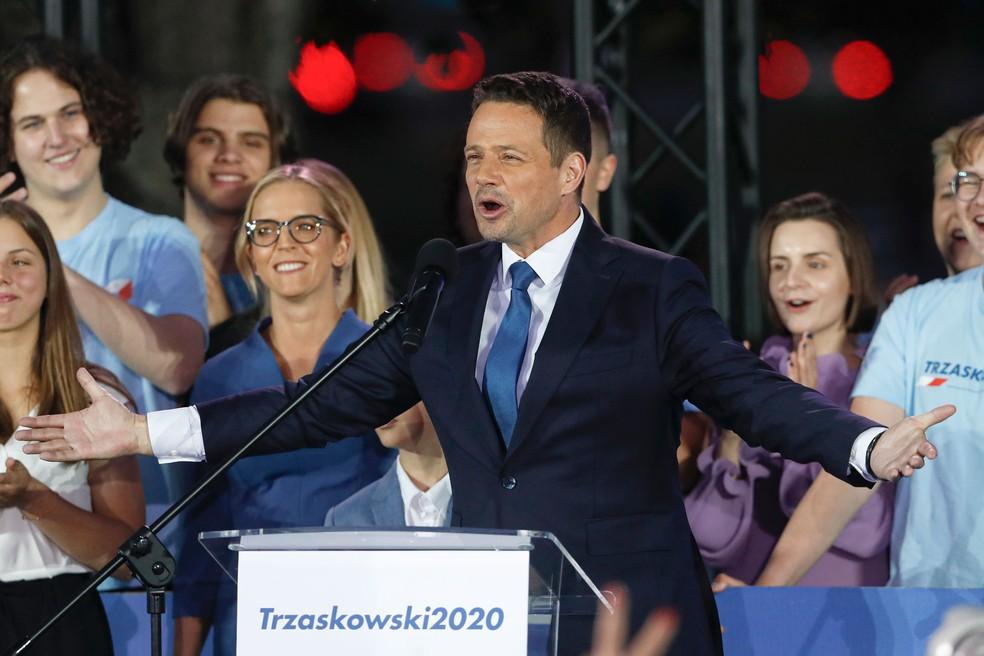 Candidato da oposição Rafal Trzaskowski faz pronunciamento para seus simpatizantes no domingo (12), em Varsovia, na Polônia  — Foto: Petr David Josek/AP
