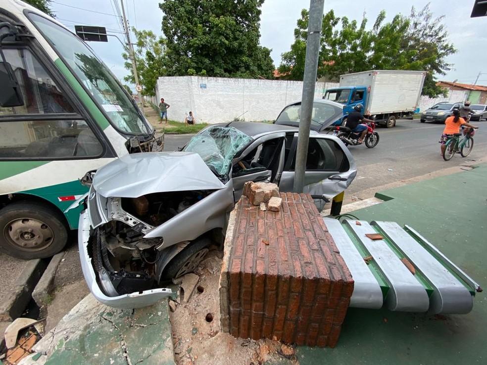Adolescente que conduzia micro-ônibus é apreendido após acidente que deixou família ferida em Teresina — Foto: Helder Vilela/TV Clube
