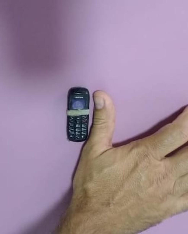 Preso engoliu celular e aparelho foi retirado por endoscopia em Sinop; objeto tem aproximadamente 4 centímetros — Foto: Sesp-MT/Assessoria