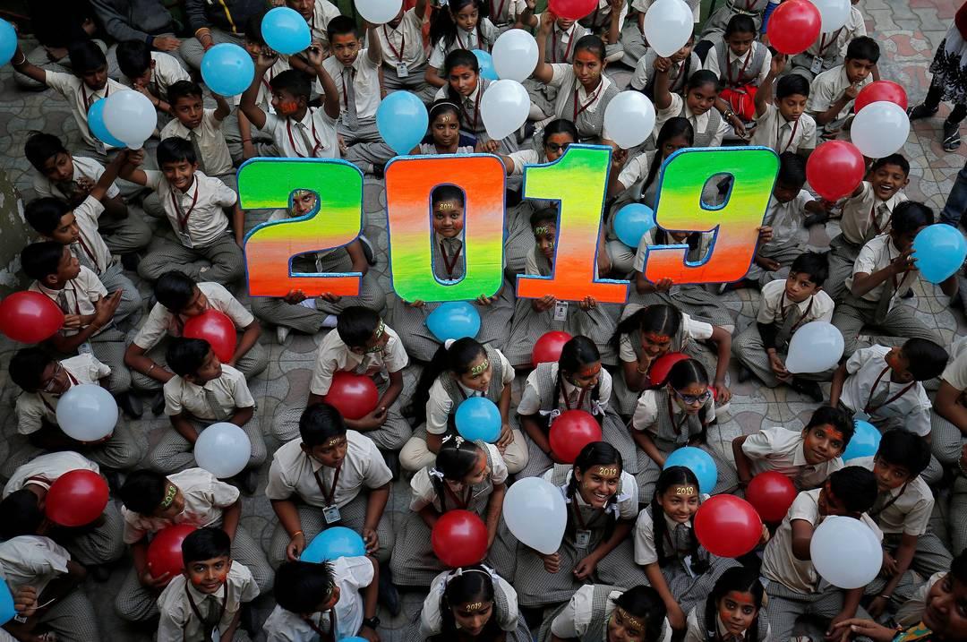 Crianças seguram balões para celebrar o Ano Novo em Ahmedabad, na Índia