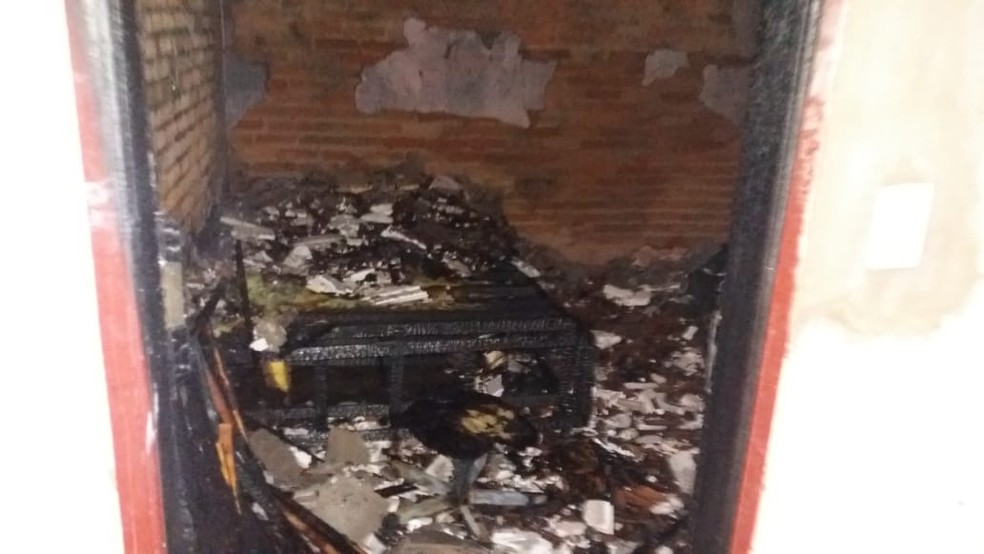 Móveis de quarto foram destruídos pelas chamas — Foto: Divulgação