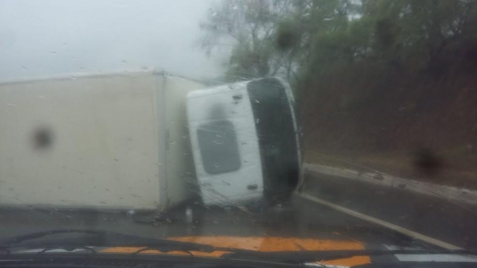 Acidente com caminhão em Mateus Leme — Foto: Polícia Rodoviária Federal/Divulgação