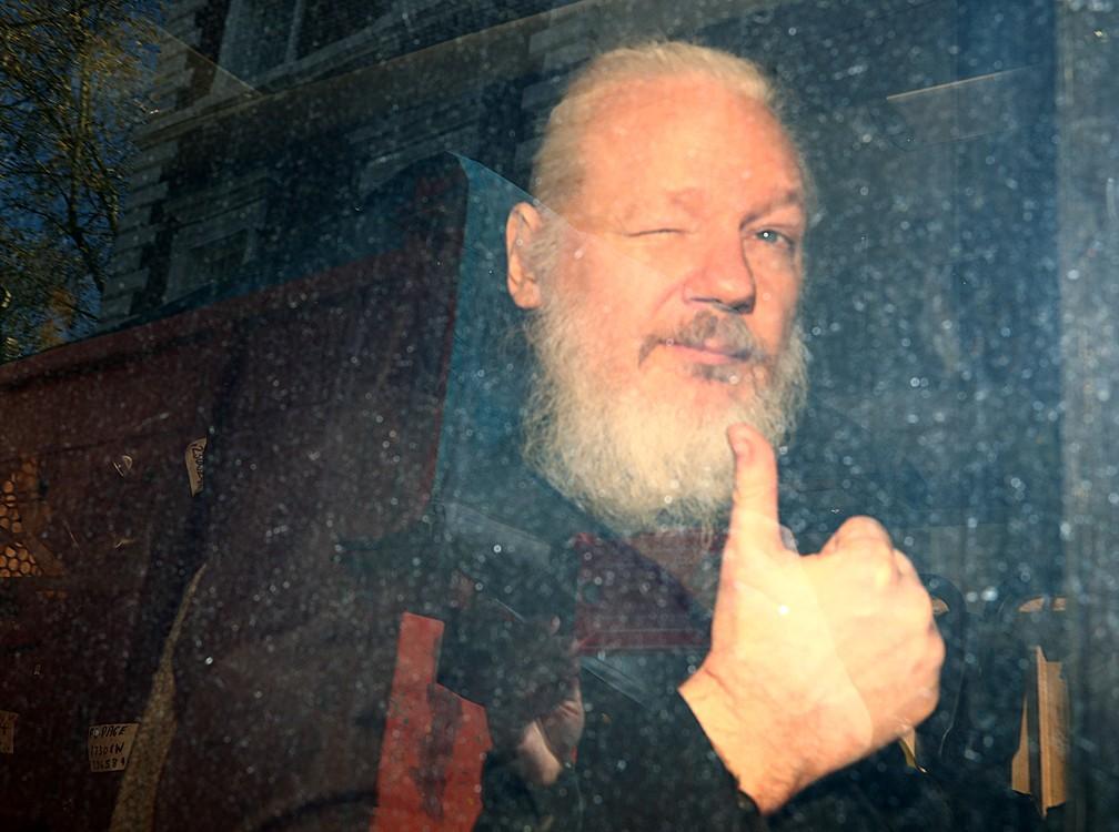 O fundador do WikiLeaks, Julian Assange, dentro de van da polícia que o levou ao Tribunal de Magistrados de Westminster, depois de ser preso em Londres nesta quinta (11). — Foto: Hannah McKay/Reuters