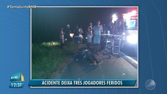 Jogadores de time do interior da BA ficam feridos após carro cair em buraco e capotar; vítimas voltavam de torneio